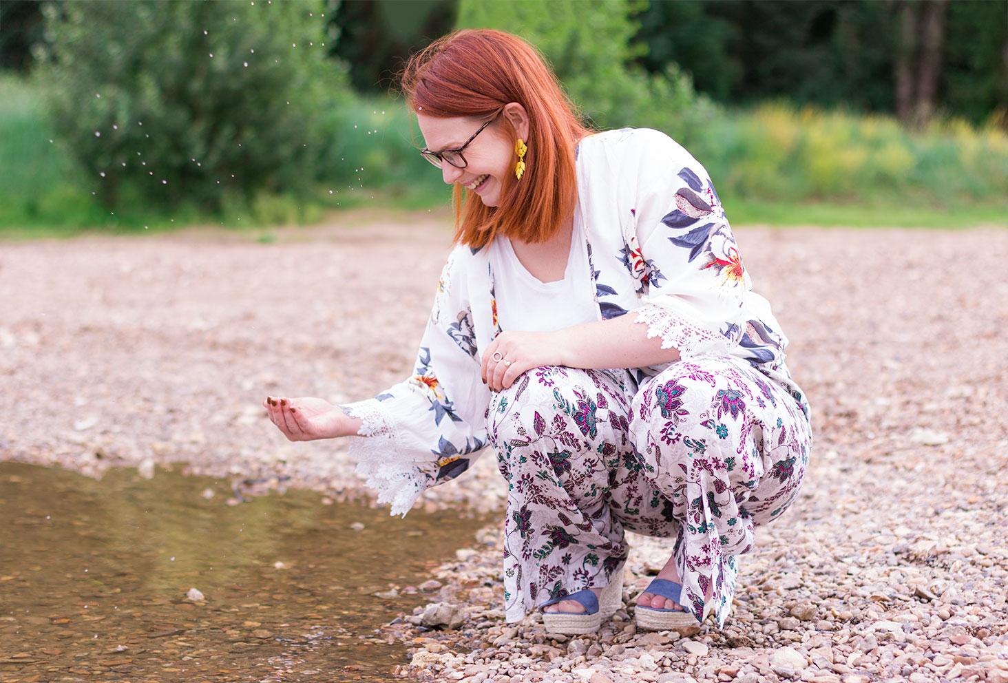 Jet d'eau avec la main, accroupie dans le sable des bords de Loire