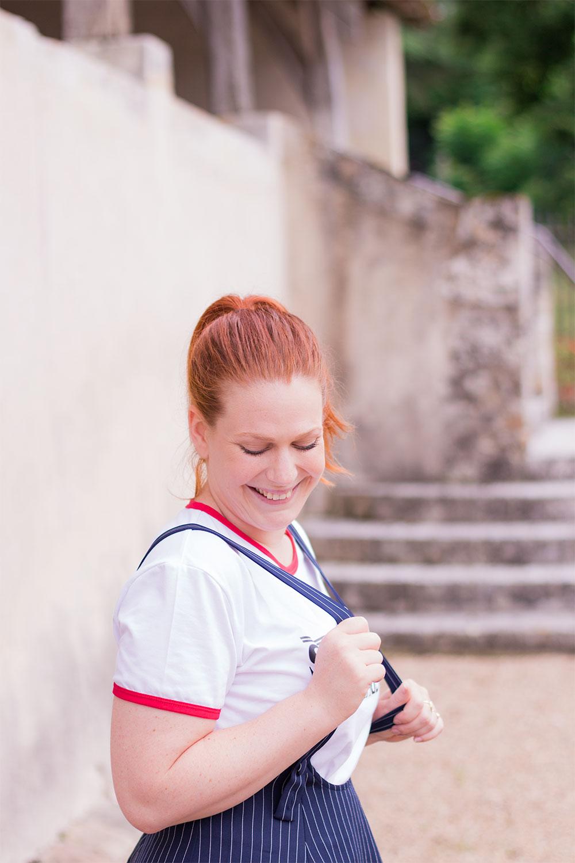 Bretelles de la jupe Shein avec le sourire devant une ancienne cathédrale
