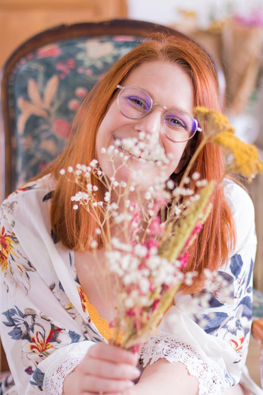 Cachée derrière un bouquet de fleurs sèches, en kimono et sous-vêtements