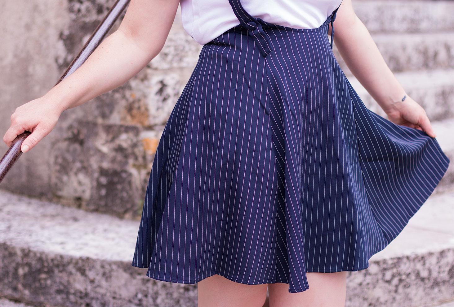 Zoom sur la jupe à bretelle bleu marine de SheIn