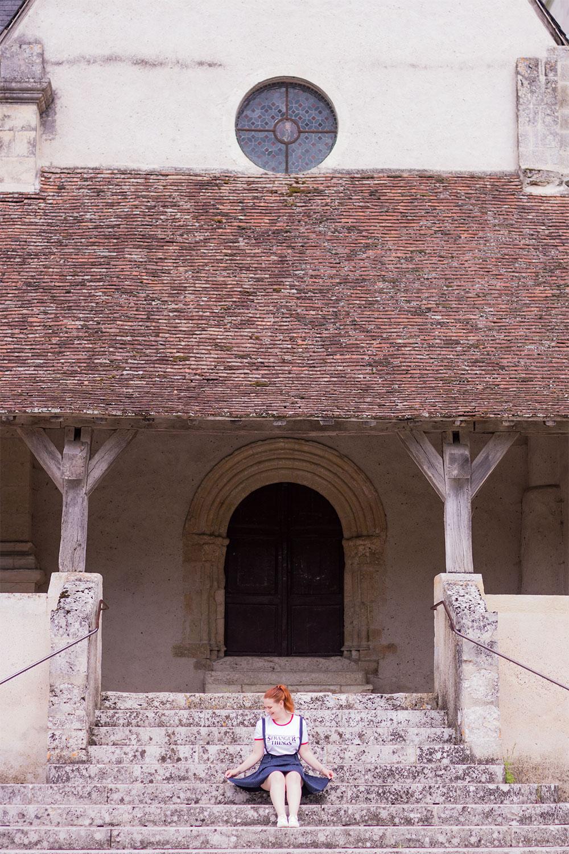 Assise au milieu des marches d'une ancienne cathédrale en jupe à bretelle SheIn