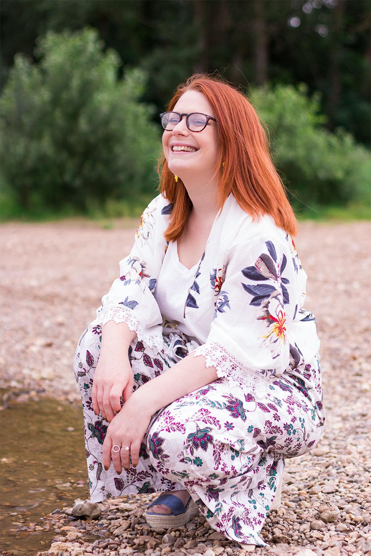 Accroupie sur le sable le long de la Loire, avec le sourire, en kimono et pantalon à fleurs, les compensées Cendriyon aux pieds