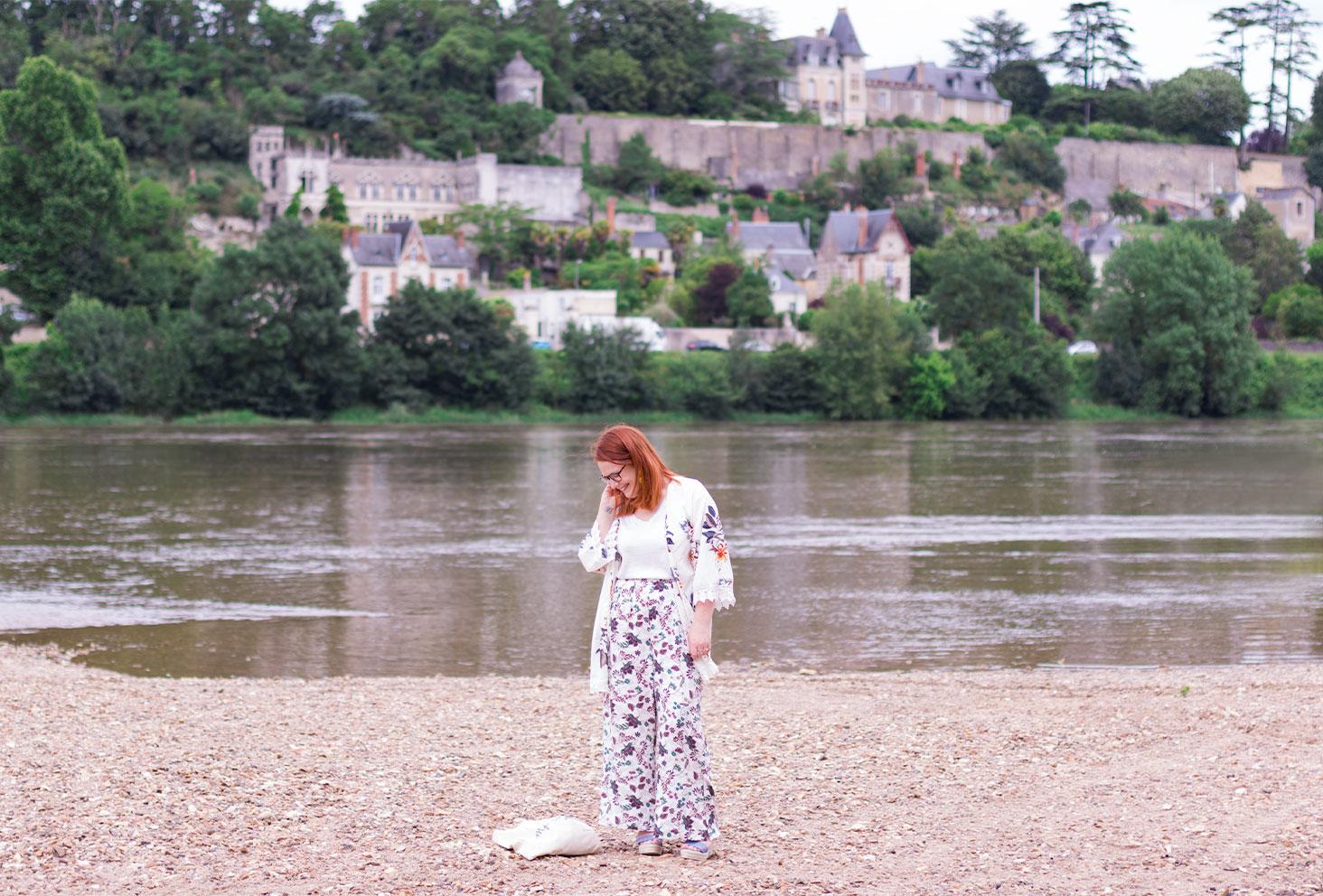 Look sur la plage des bords de Loire avec le paysage des maisons troglodytes et des châteaux en arrière plan