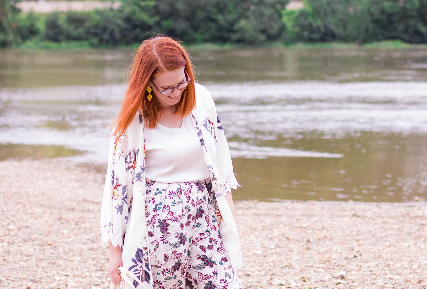 En pantalon loose à fleurs et kimono, sur les bords de Loire dans le sable