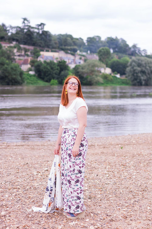 Sur la plage des bords de Loire en pantalon loose fleurit et compensées bleues Cendriyon, le kimono dans la main à moitié posé sur le sable