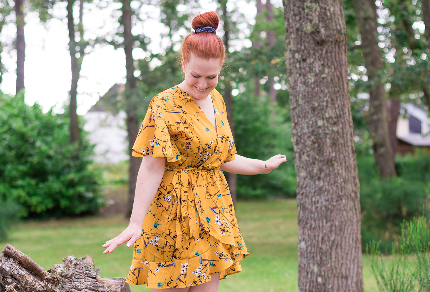 Zoom sur la robe courte jaune moutarde portefeuille à fleurs SheIn portée