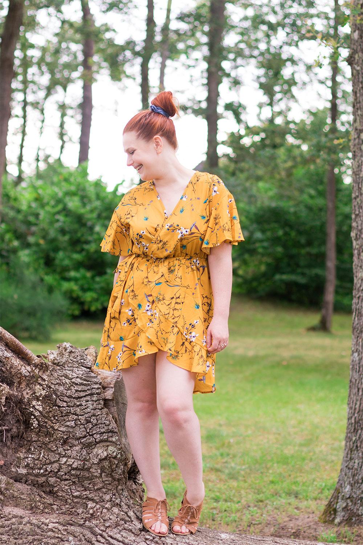 Debout sur une cime d'arbre dans la forêt en robe portefeuille jaune moutarde à fleurs SheIn