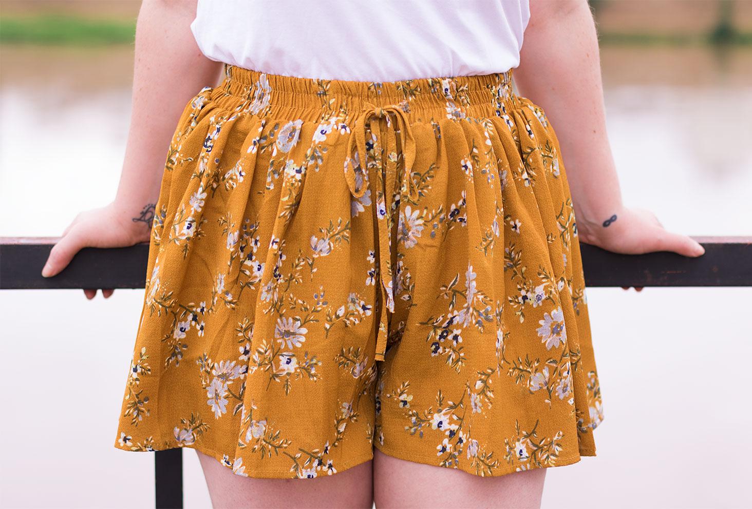 Zoom sur la jupe short jaune moutarde à fleurs SheIn