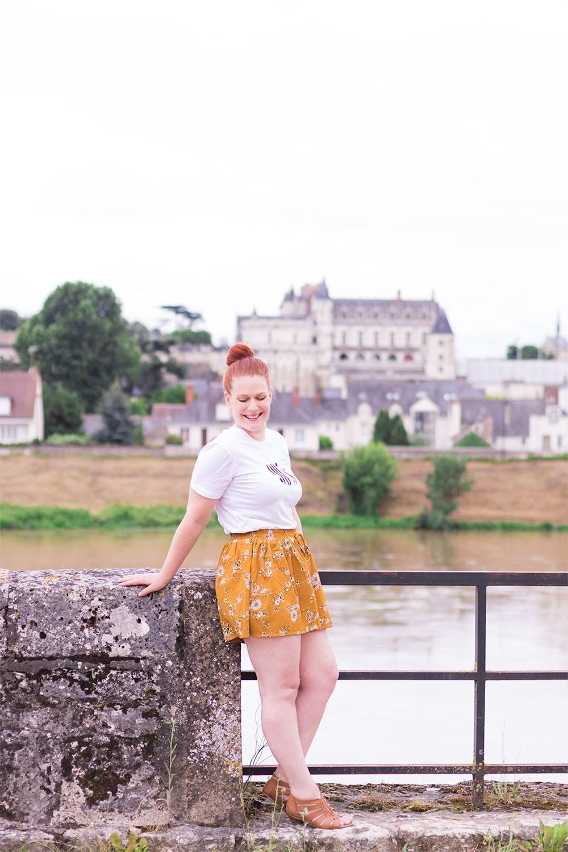 Devant le château d'Amboise, sur l'autre rive, en jupe short et t-shirt SheIn