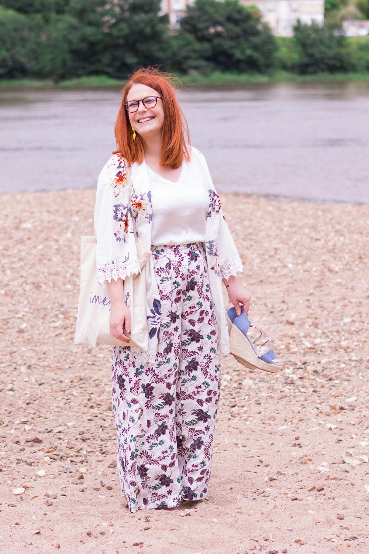 Summer look à la plage des bords de Loire. Un tote bag à l'épaule et des compensées Cendriyon dans la main. En pantalon et kimono à fleurs