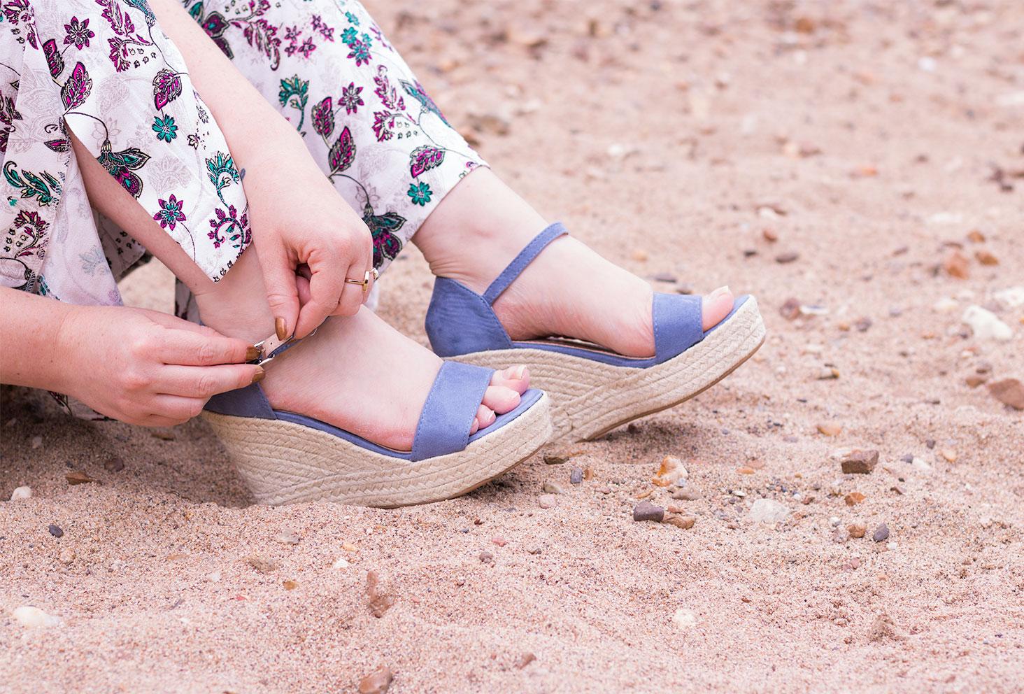 Zoom sur les compensées bleues Cendriyons portées, dans le sable