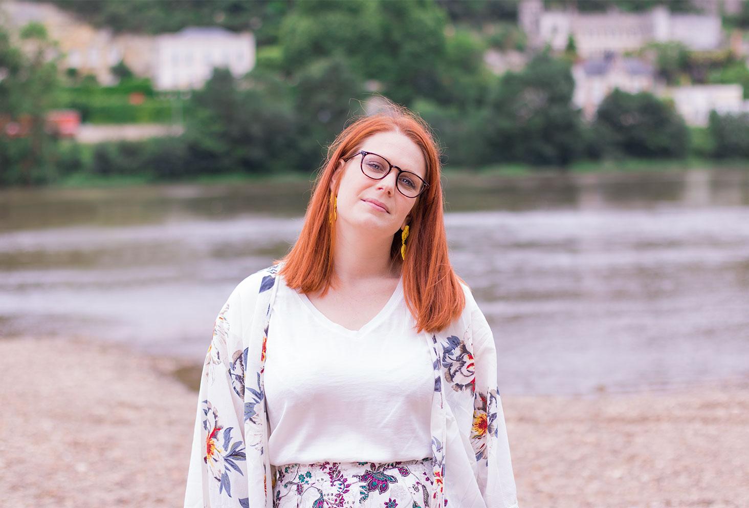 Sur les bords de la Loire en t-shirt blanc et kimono fleurit