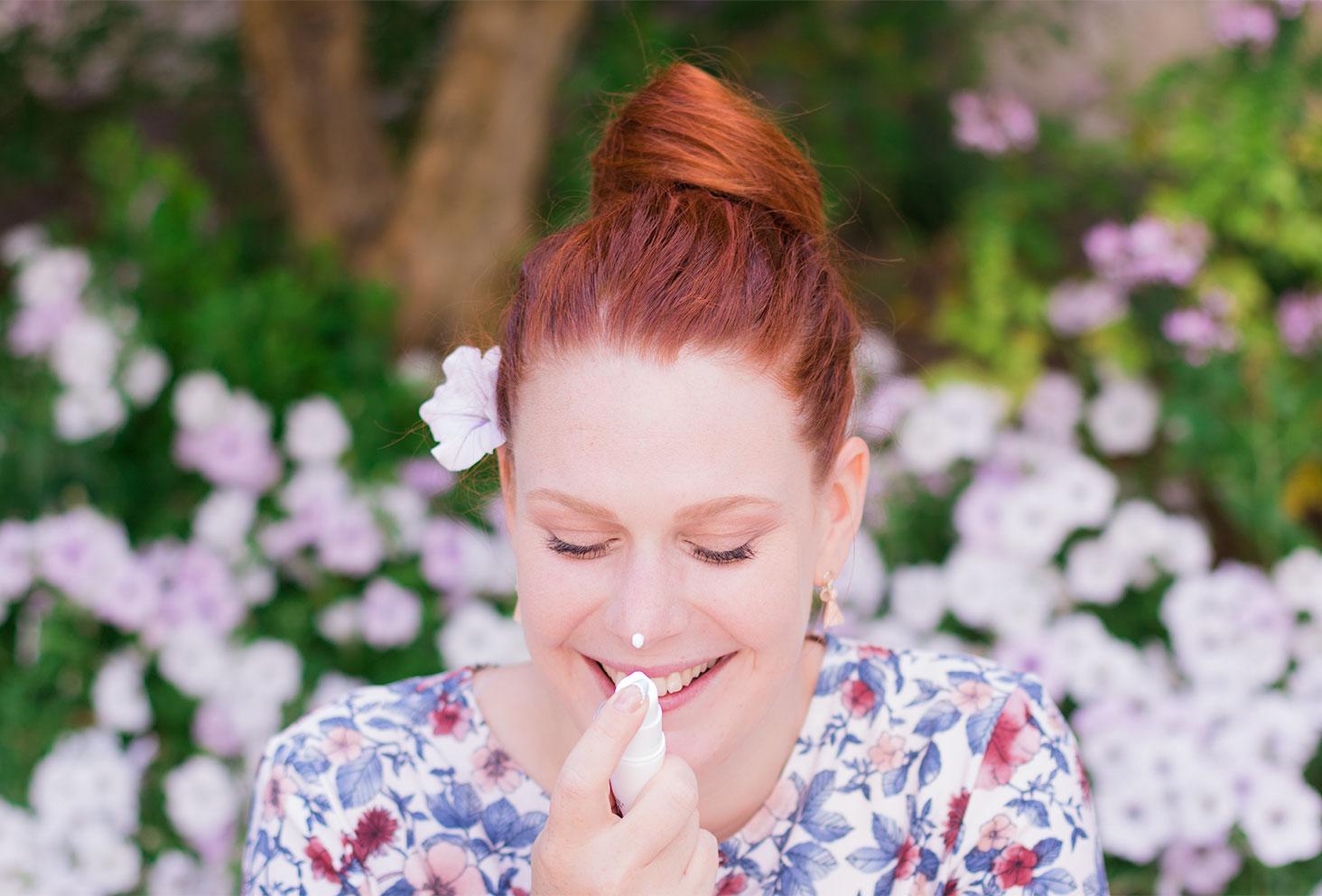Utilisation sur le bout du nez de la crème Sensimine de Body Minute sortie du tube
