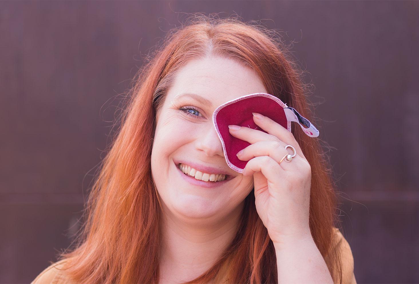 Démaquillage des yeux de face avec un disque démaquillant lavable de la marque PLIM