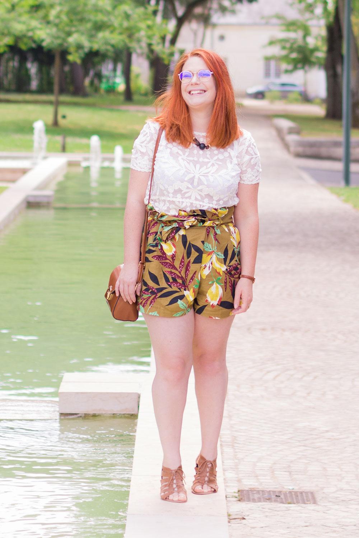 Debout sur le bord d'une fontaine en dentelle et short kaki à fleurs taille haute Zara
