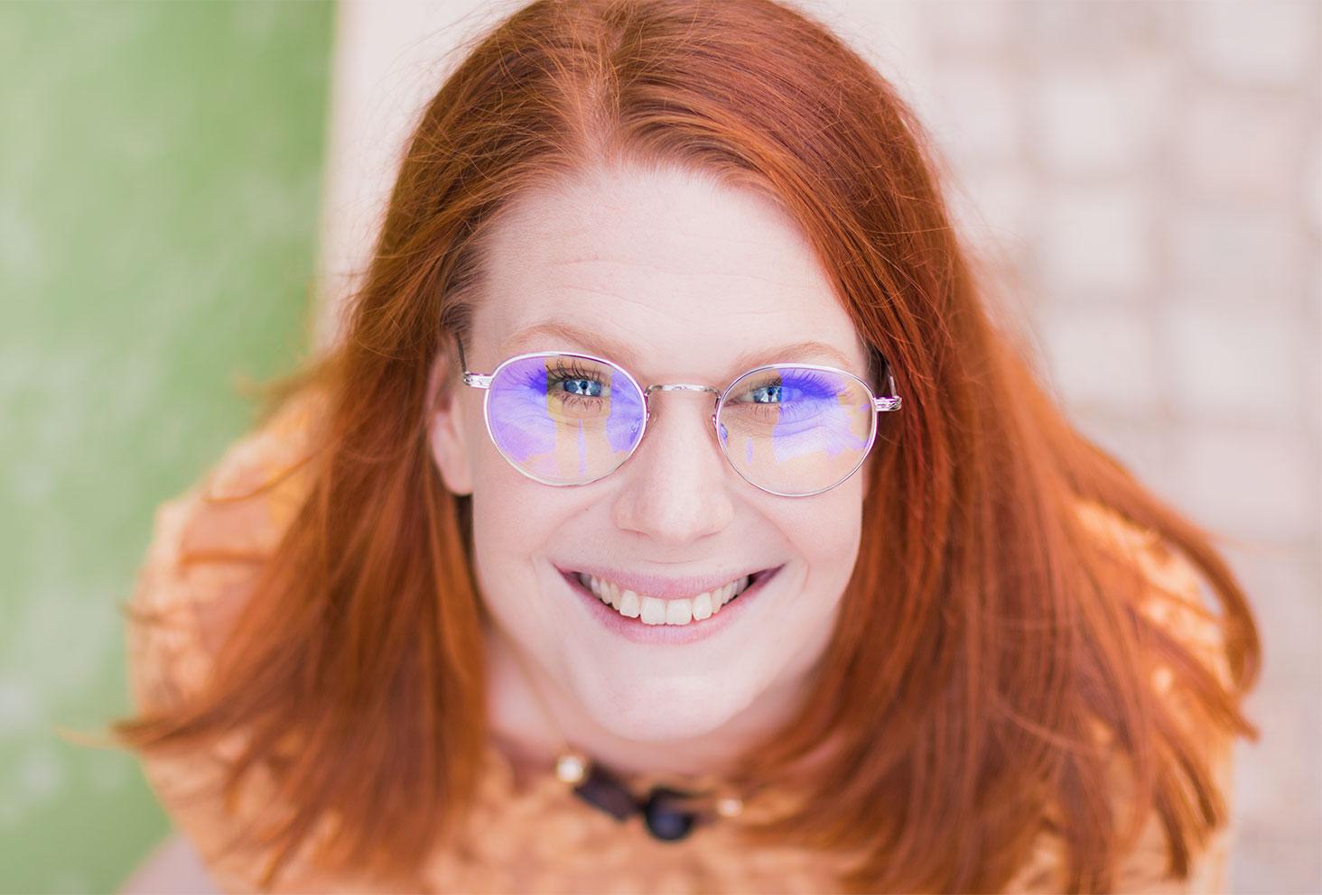 Portrait cheveux roux, sourire, lunettes et yeux bleus