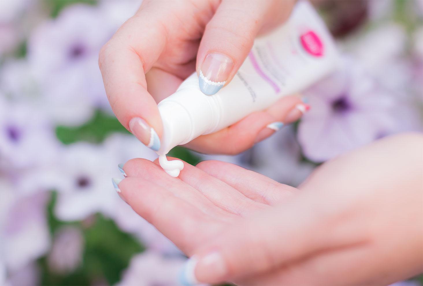 Zoom sur la texture blanche de la crème Sensitime de Body Minute, tout juste sortie de la pompe dans la main