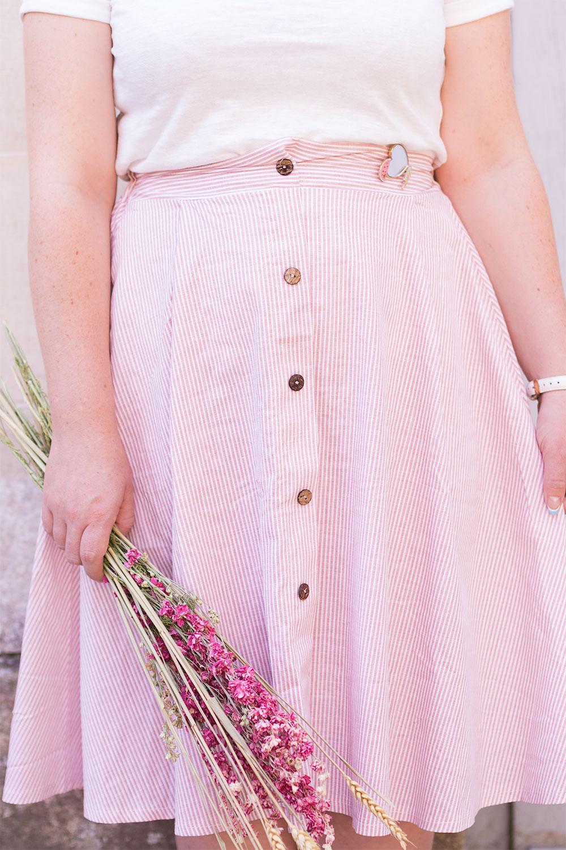 Zoom sur la jupe midi à rayures rose Shein portée