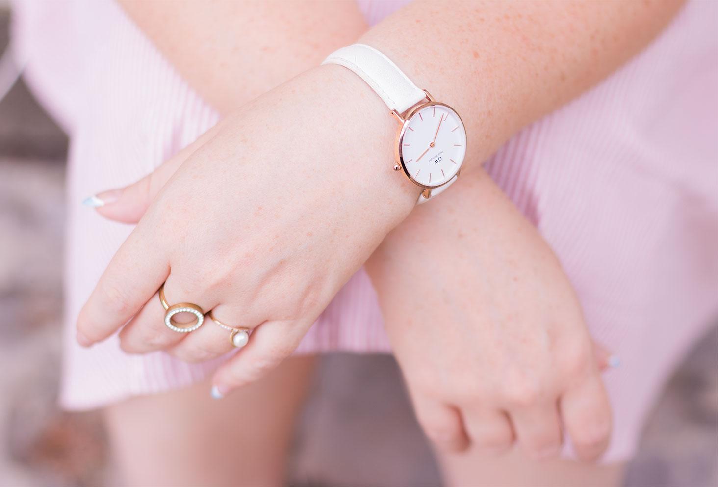 La montre Classic petite blanche de Daniel wellington portée