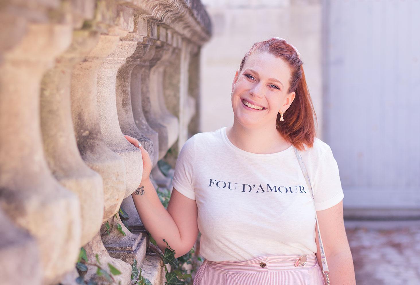 T-shirt blanc avec inscription Fou D'amour en noir porté avec une jupe midi rose Shein