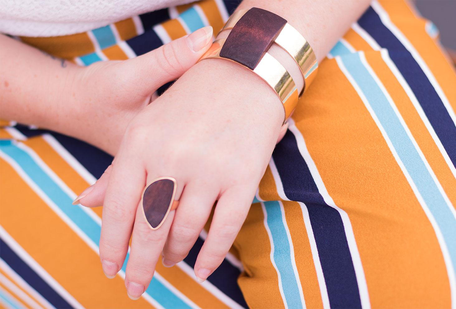 Bracelet et bague en bois doré portés