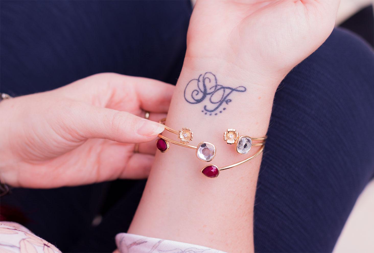 Zoom de haut sur les bracelet à pierres doré MOA Paris portés