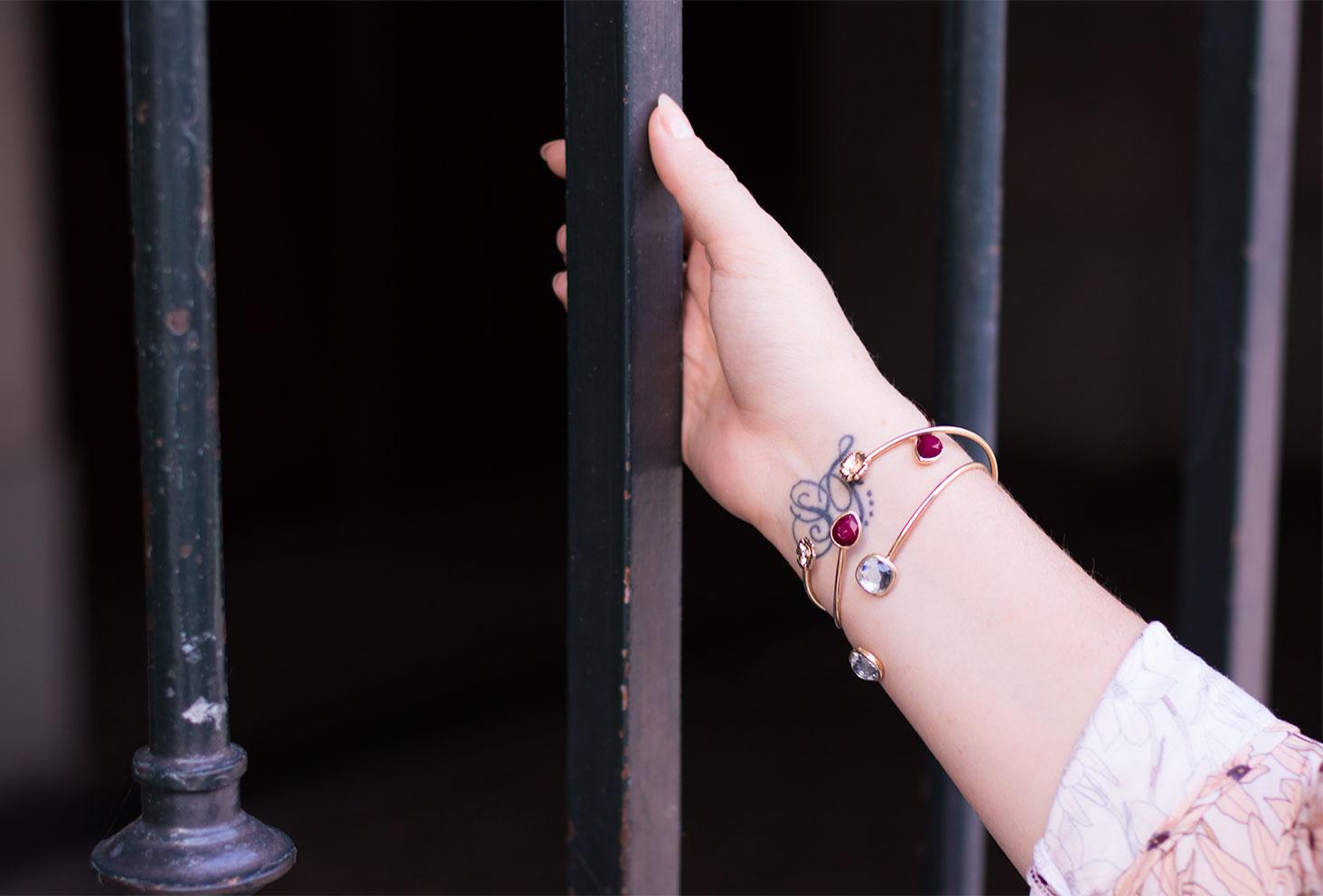 Les bracelets dorés de MOA Paris portés avec la blouse La Morue rose à fleurs