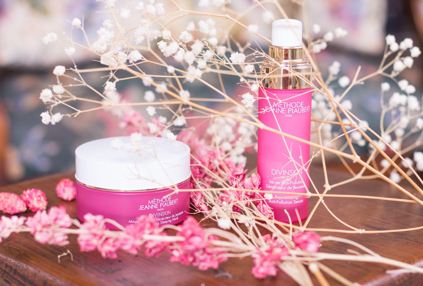 Les packagings roses en verre du sérum et du masque de nuit de la Méthode Jeanne Piaubert au milieu des fleurs séchées