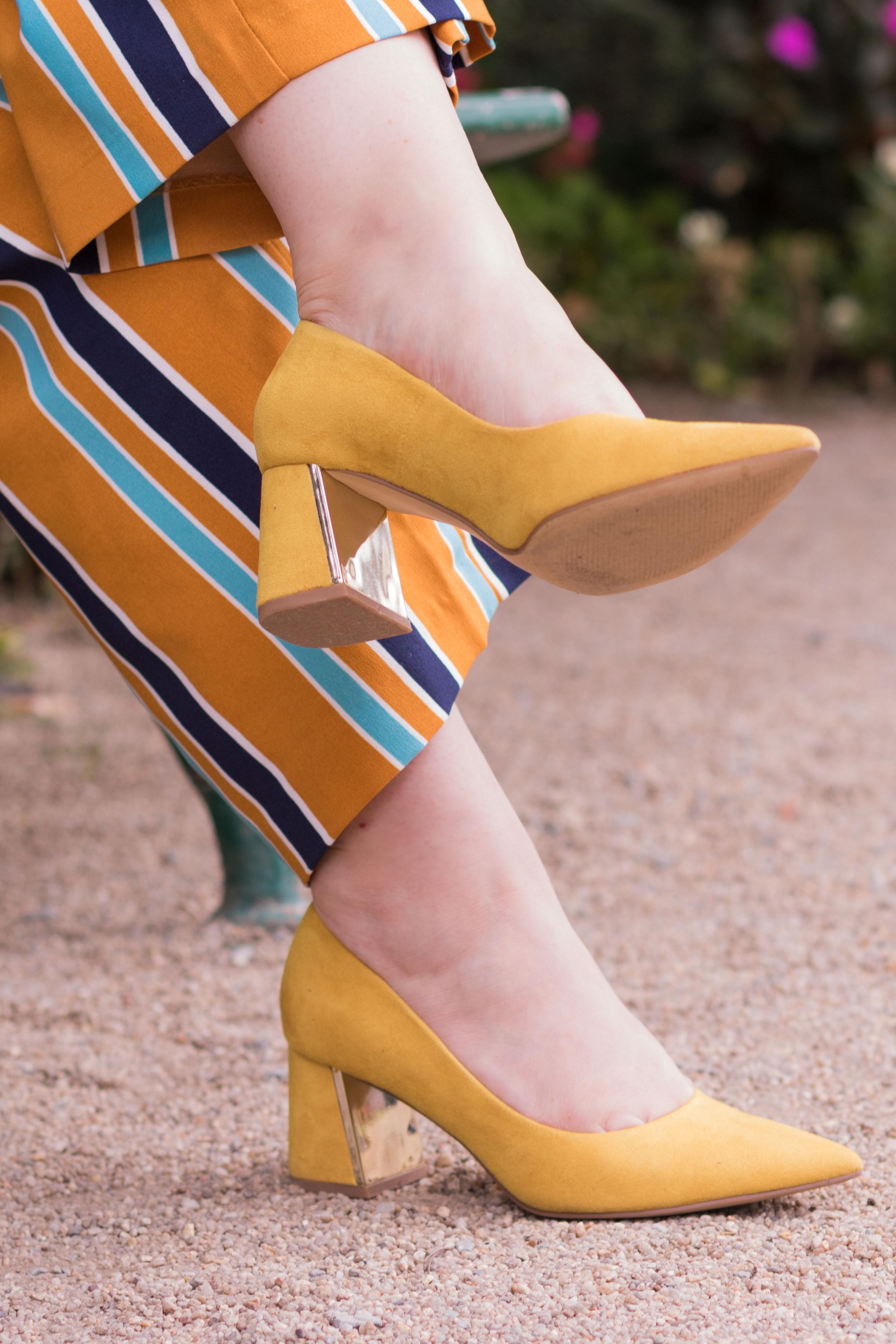 Zoom sur les escarpins jaunes à talons larges dorés de la marque Zara portés