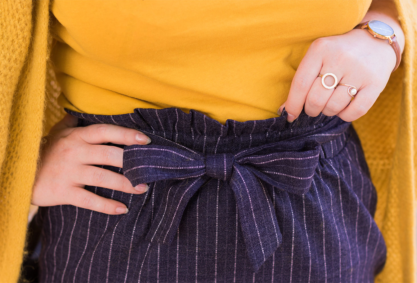 Zoom sur la jupe élastique bleue avec nœud à la taille