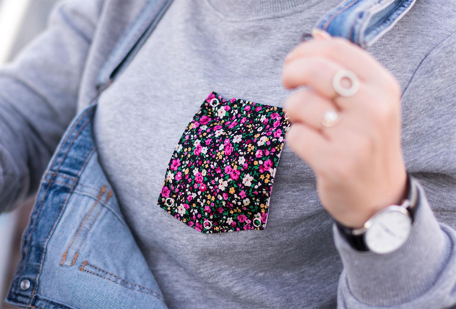 Zoom sur la pochette fleurie du sweat gris Wazashirt porté