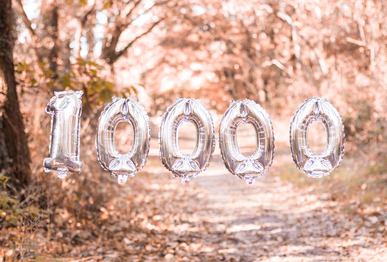 Les ballons argentés 10000 dans les airs au milieu de la forêt