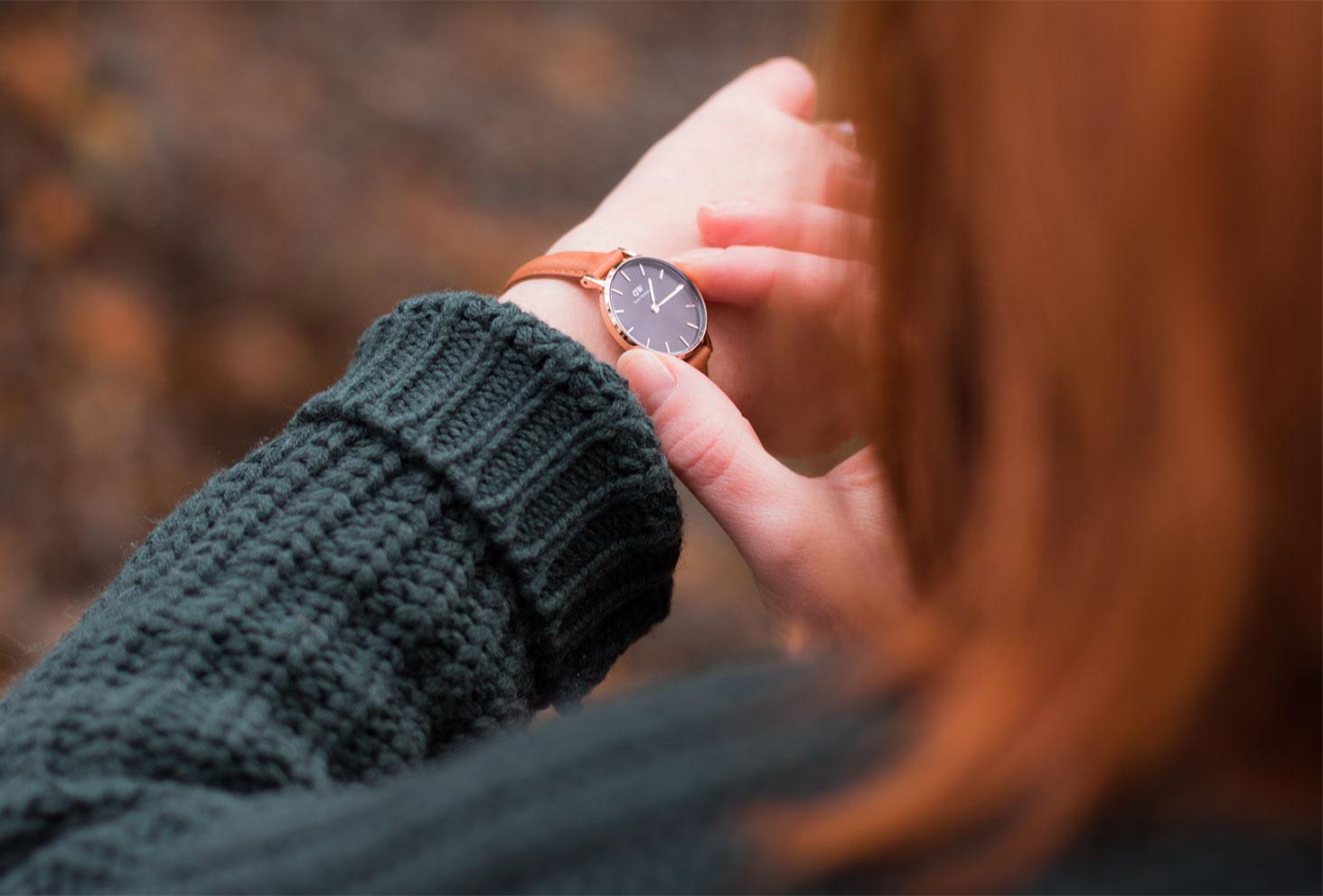 La montre Classic Petite Durham portée vu de haut avec un gros pull vert sapin