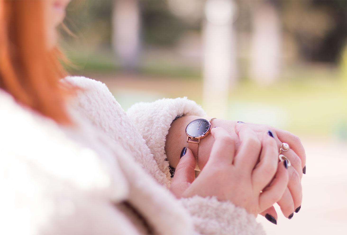 La montre Classic petite Melrose portée avec un gros manteau en moumoute beige