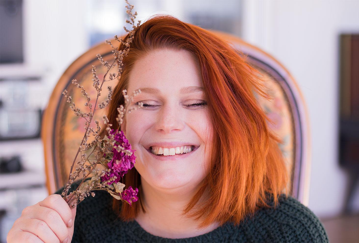 Fou rire avec un bouquet de fleurs sèches dans la main, pour le make-up réalisé avec la palette Soft Glam