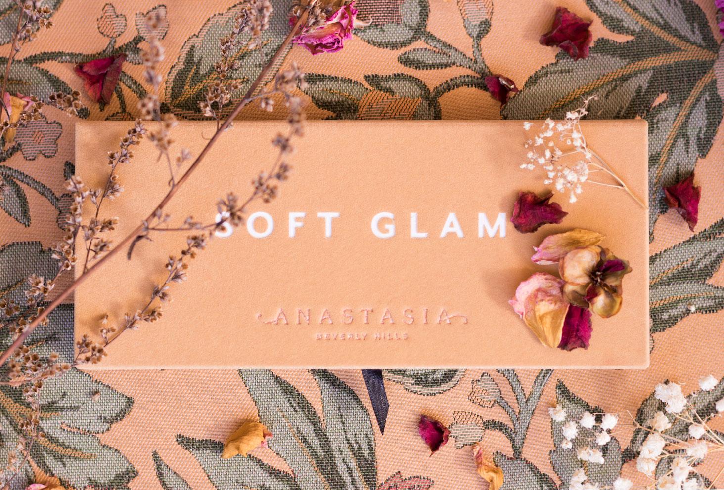 La palette Soft Glam d'Anastasia Beverly Hills fermée vu de haut, au milieu de fleurs et pétales sèches