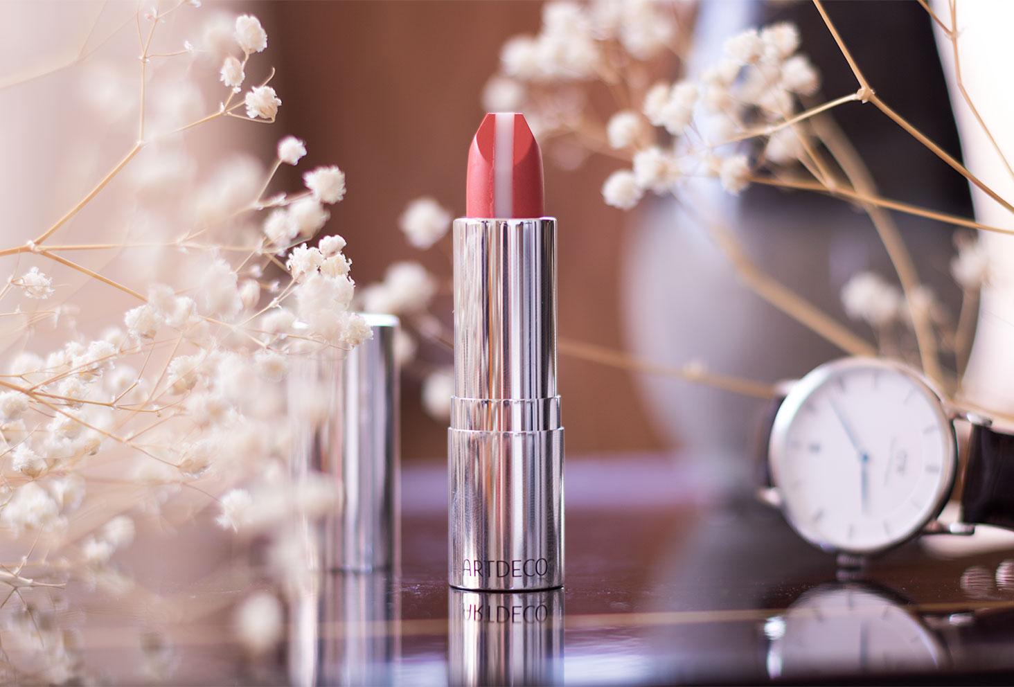 Zoom sur le rouge à lèvres rosé ARTDECO debout et ouvert au milieu des fleurs séchées