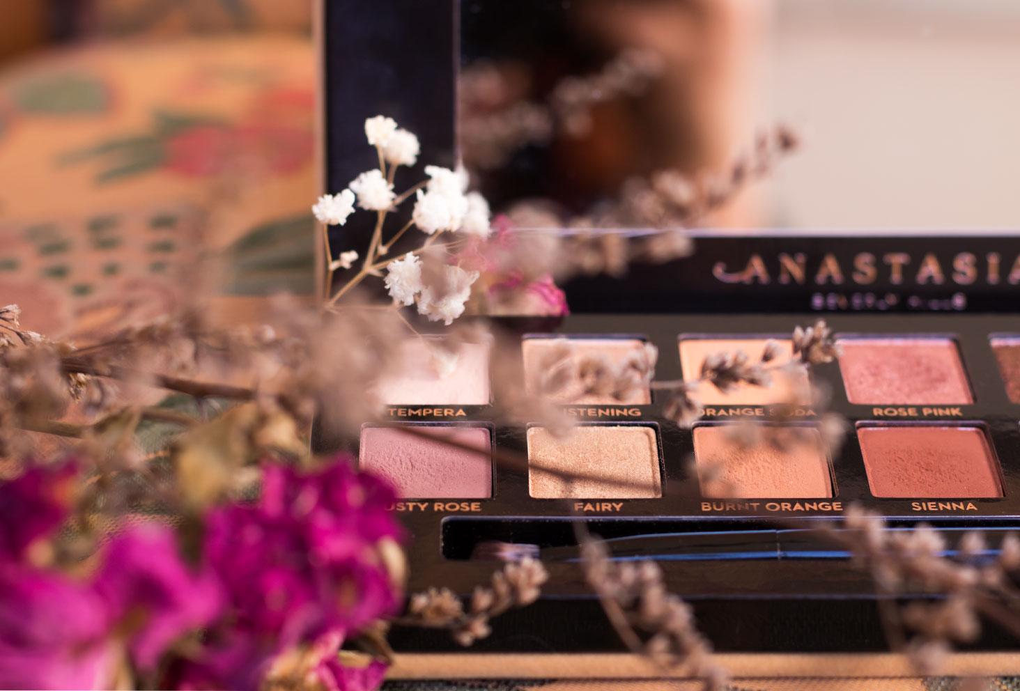 Zoom sur les fards du côté gauche de la palette Soft Glam d'Anastasia Beverly Hills, juste derrière es fleurs séchées