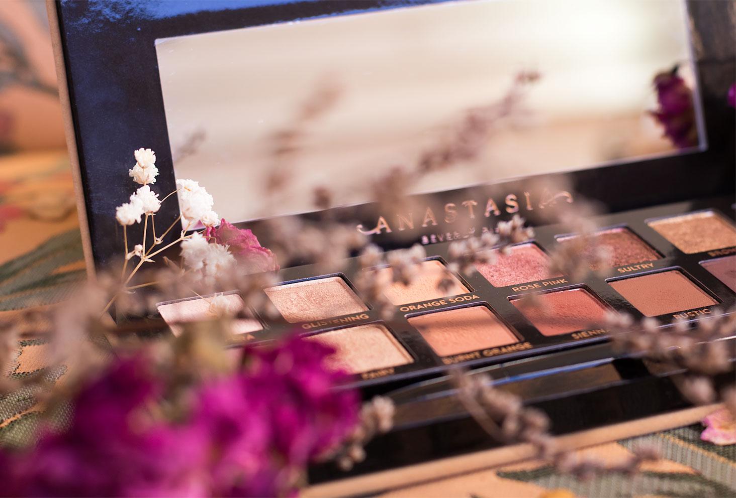 Zoom sur les fards de la palette Soft Glam cachée derrière les fleurs séchées