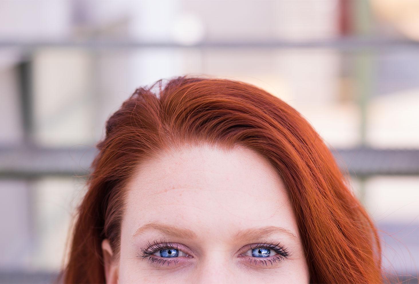 Zoom sur les yeux bleus pour le résultat du mascara waterproof ARTDECO porté