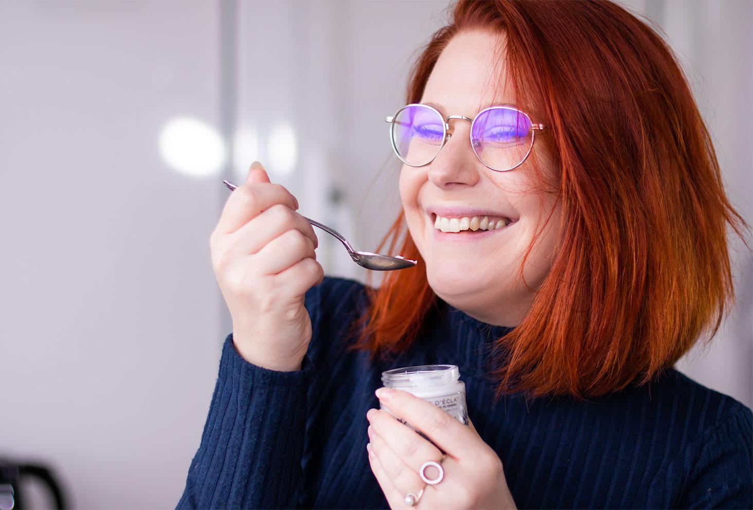Entrain de faire semblant de manger le baume d'Eclat au romarin de Mademoiselle Saint Germain dans une petite cuillère en argent comme un yaourt