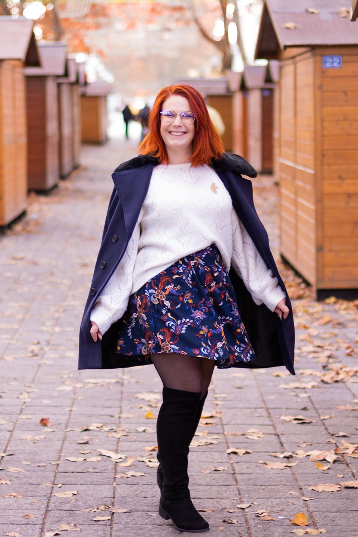 10 idées de looks pour l'hiver en pull blanc ajouré, jupe qui tourne à fleurs et gros manteau bleu marine à moumoute