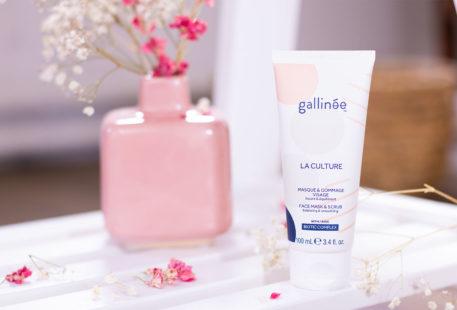 Le masque & gommage de Gallinée posé debout sur une étagère blanche, tout près d'un vase rose, au milieu des fleurs sèches roses et blanches