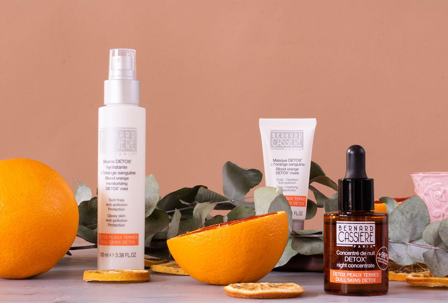 Trois produits de Bernard Cassière à l'orange sanguine au milieu des oranges et de l'eucalyptus séché