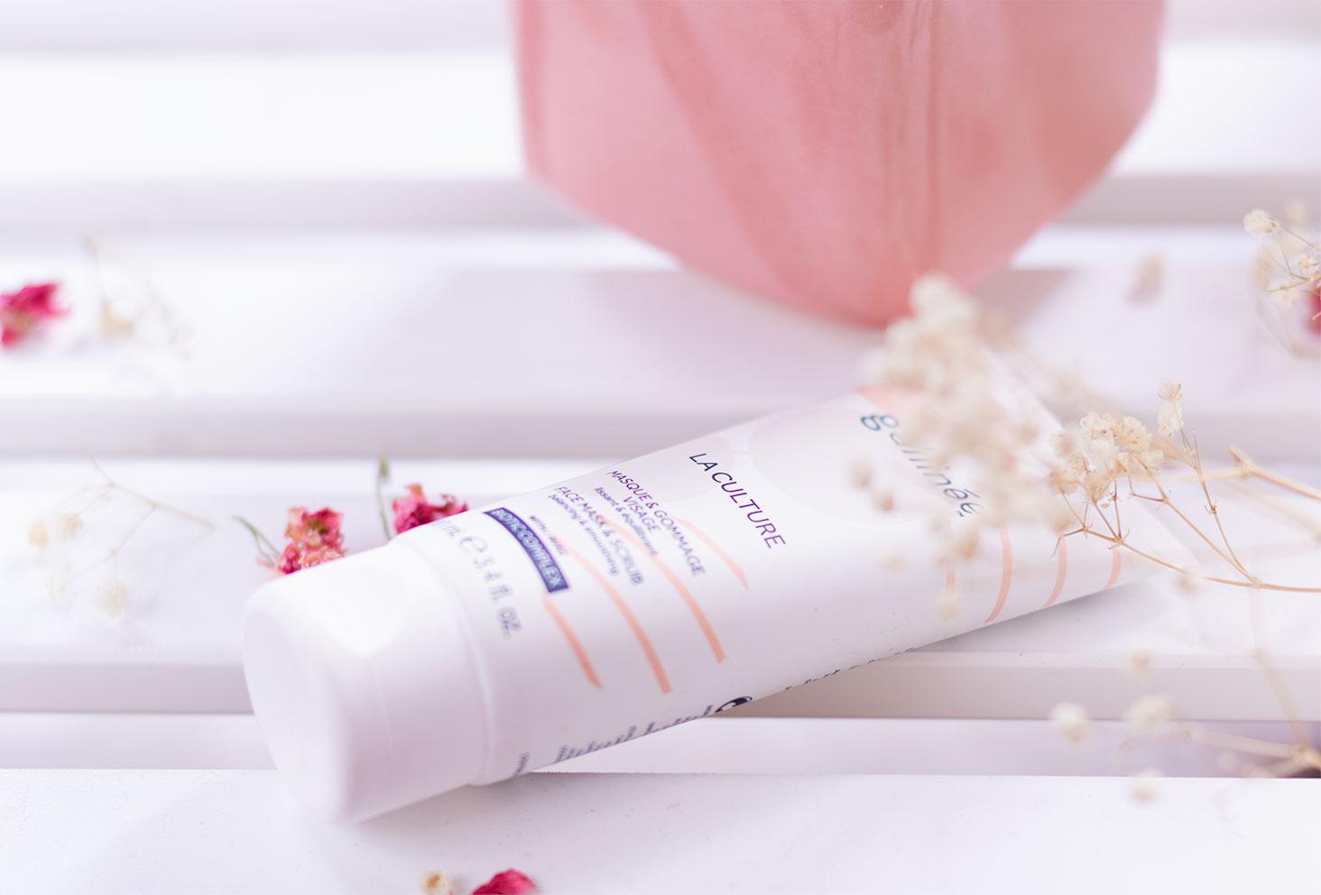 Zoom sur le masque & gommage La Culture de Gallinée, posé sur une étagère blanche au milieu des fleurs sèches roses et blanches