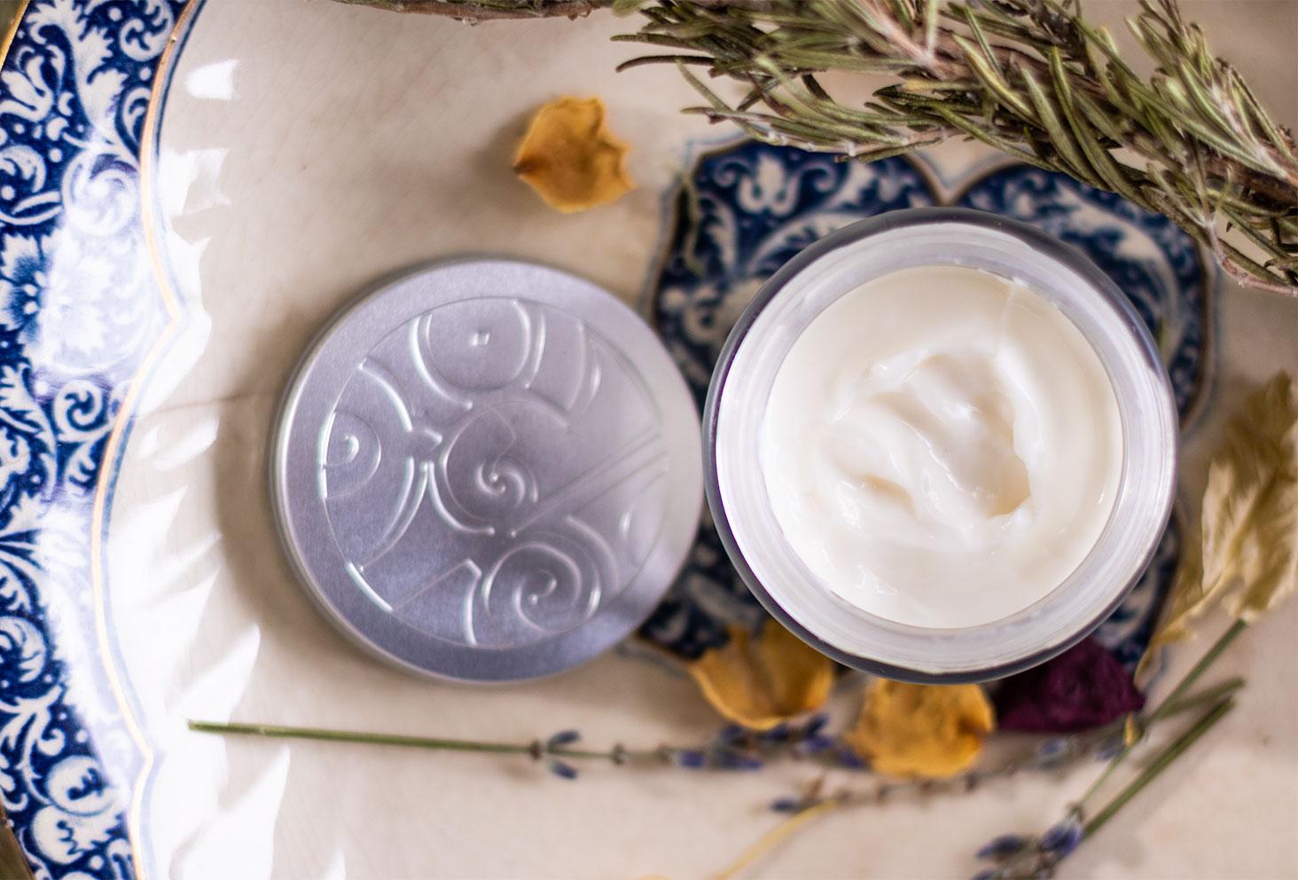 Zoom sur la texture riche de la crème de jour baume d'éclat de Mademoiselle Saint Germain