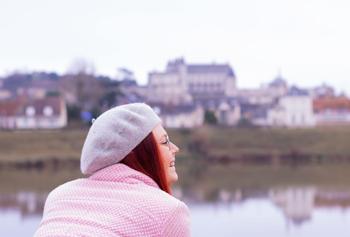 Le château d'Amboise de loin dans la brume, appuyé sur une rambarde un béret gris sur la tête de profil