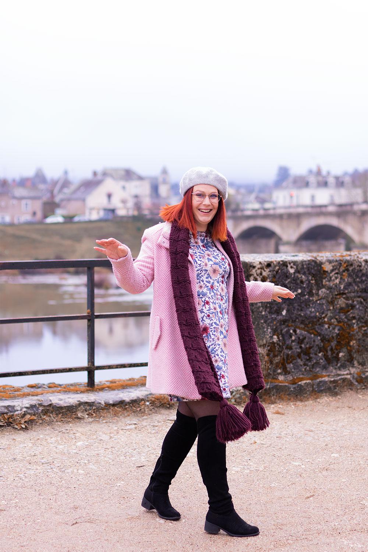 Bêtisier en look rose devant le château d'Amboise