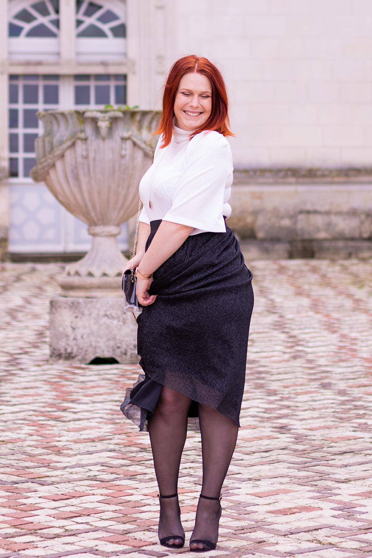 La jupe noire en tulle enroulée autour des jambes, dans la cour du château de Villandry, des sandales à talons noirs aux pieds