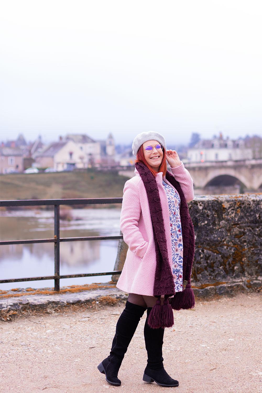 Manteau rose, écharpe bordeaux, cuissardes et robes à fleurs pour un look devant le château d'Amboise